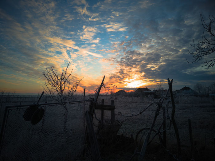 Sonnenuntergang in einem Dorf im winterlichen Rumänien. Osteuropa Sunset Sunrise Clouds And Sky Village Snow Winter No People Landscape Season  Sunlight Sun Romania Landleben Nature Trees Fields And Sky Sky Cloud - Sky Cold Snow Covered Countryside Dramatic Sky Cold Temperature