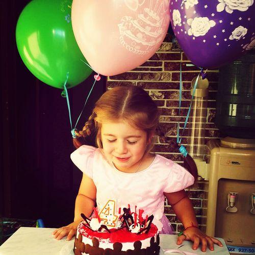 С днем рождения своими ты подарила смысл жизни.Люблю тебя ,доченька)