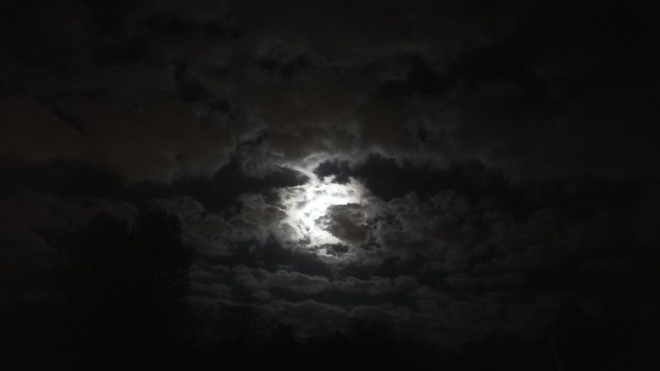 Noc Noche Nightphotography Księżyc Moonlight Chmury Darkness And Light Nature's Diversities Moon Clouds Cloudy Sky Cloudy Night Cloudy Night Sky Moon Behinde Clouds
