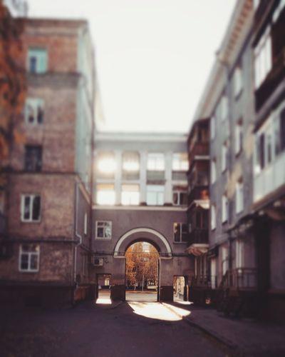 Дорога в осень Барнаул старый город Алтай удивительный город удивительный край арка Осень 🍁🍂 City Arch History Architecture Building Exterior Built Structure
