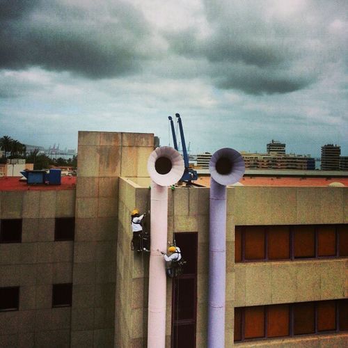 Estos dos intrépidos hombres me llamaron especialmente la atención esta mañana al verles realizar su peligroso trabajo que consiste en estar colgados y pintar y repasar ciertas partes del edificio. No puedo sino decir que óle sus cojones, yo no me atrevería... Paint Pintar Pintura Edificio Building Facilities Tube Clouds Cloudy Nublado Nubes Weather BadWeather Igers IgersLasPalmas IgersLpa PicOfTheDay PhotoOfTheDay FotoDelDía