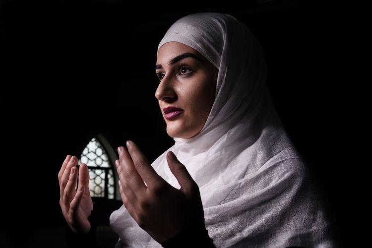 Muslim woman praying and reading Quran Muslim Girl Muslim Woman Muslim Woman Praying Muslim Woman Reading Quran Portrait Of A Woman Pray Praying Quran Quranulkareem Reading Quran