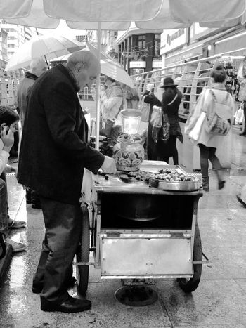 Working Hands Earning Chestnut Dailylife People_bw Blackandwhite Streetphotography