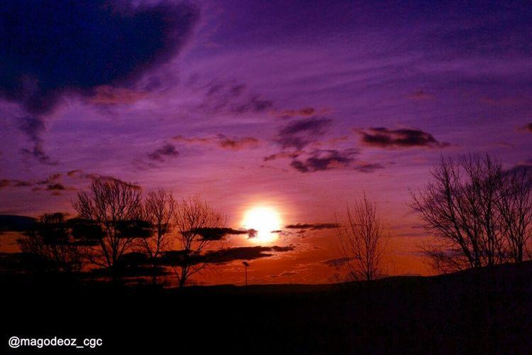 """""""DESPERTAR"""" Buenos días amigos! Os dejo hoy un nuevo amanecer... Espero que sea esperanzador para todos este nuevo año, y cambien muchas cosas... A peor ya no se si podemos ir... Pero no se cuanto tiempo podremos mantener ésta situación en la que vivimos. Sunset Nature Clouds And Sky Sky_collection Sun_collection Clouds"""