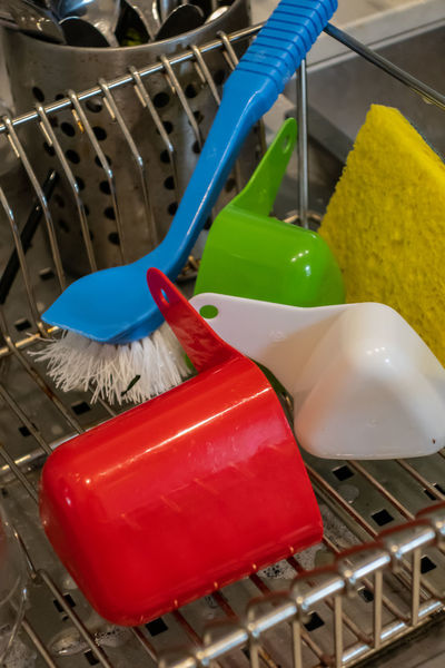 Kitchen kitchen utensils Kitchen Utensil Sponge Brush Sink Metal Measures Cups Red Green White Kitchen Sink Kitchen Still Life Grill Drain Dishwashing Indoors  Close-up No People Hygiene Cleaning Still Life Housework Plastic