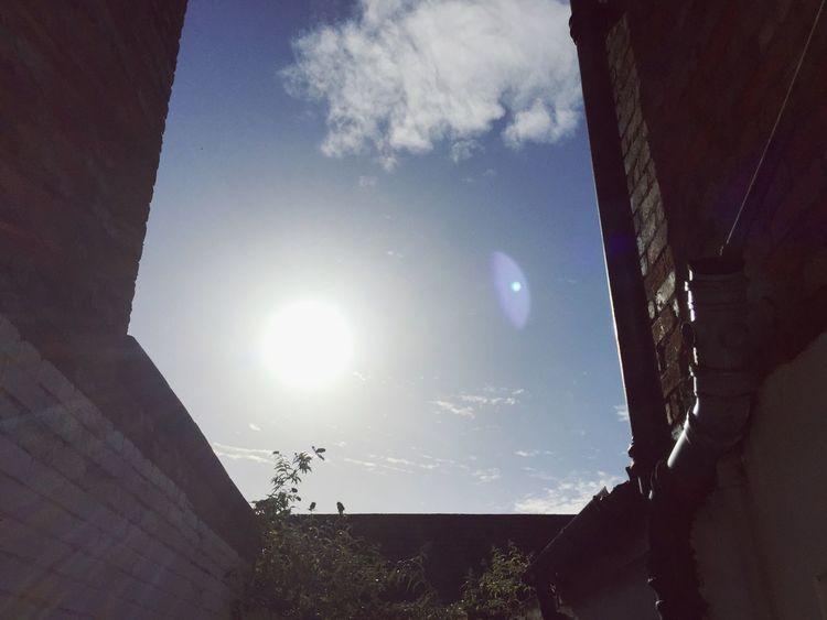 Nach dem Regen kommt die Sonne. Belfast Northern Ireland Sunshine Hope Optimism Optimistic New Beginnings Sun Architecture Blue Sunny Lens Flare Sunbeam Bright Built Structure House Courtyard  Day New Day Travel Happy