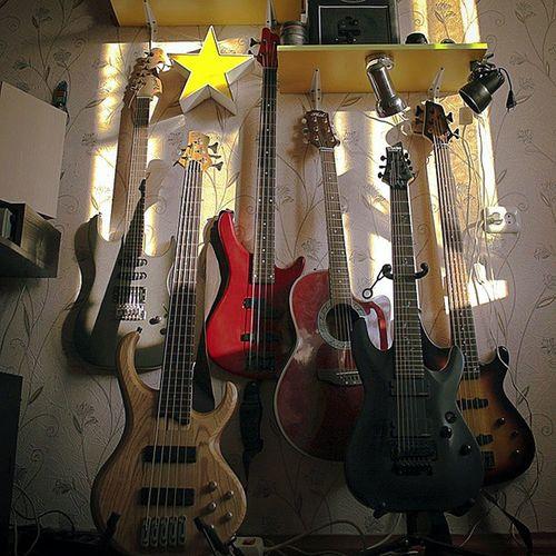 Друзья. Наконецто руки дошли сделать фотку моих гитар. Может кому то интересно. С лева на право Washburn Ibanez Brahner Phil Schecter Oascarscmidt райский уголок)