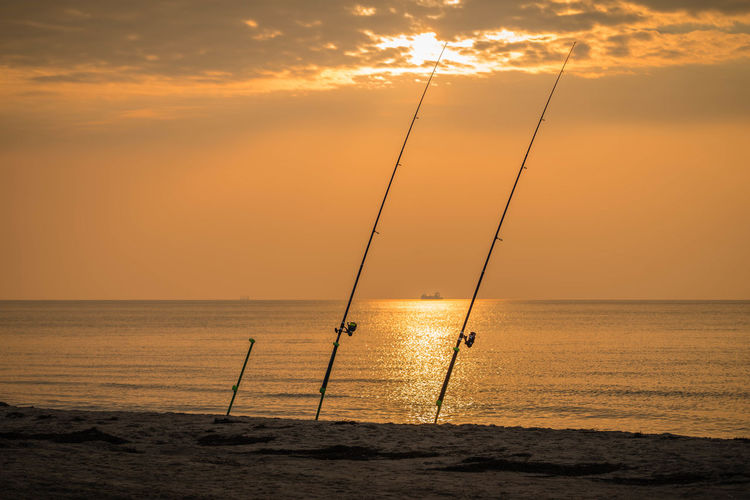 Angeln vor Abendstimmeung am Meer Freizeit Gegenlicht Landschaft Meer Sonnenuntergang Abendhimmel Abendrot Reisen Wasser Wellen