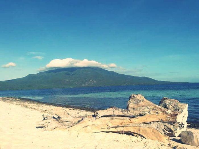 Camiguin Island Driftwood Sea Islandbackground Camiguin Islabdescape Seaandmountain