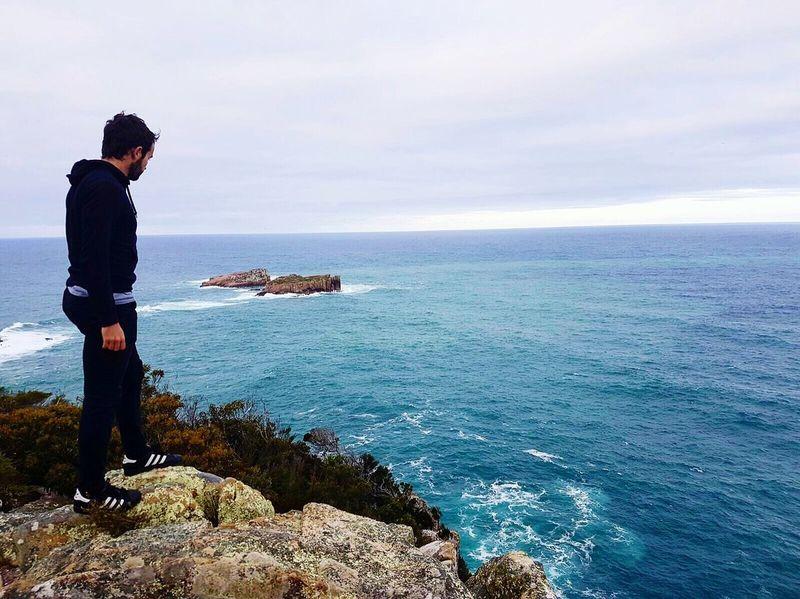 """ Dans le voyage il n'y a pas de certitude, seulement de l'aventure.."" Tasmania Tasmanian Landscape Travel Travelgram Sea Water Horizon Over Water One Person Beauty In Nature Sky Nature Tranquility EyeEmNewHere View Magnificent Landscape Photography Landscape Travel Photography Freedom Traveling Coast Adventure EyeEmNewHere"