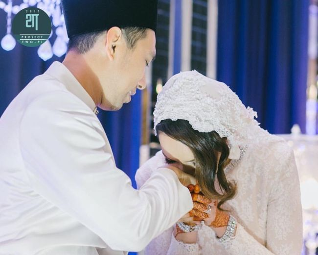 Traditional Culture after exchange ring the bride kiss her husband hand as symbol of love and respect. The groom kissed her bride forehead to show love n tenderness Malaywedding Muslimwedding Malaysia Check This Out Taking Photos Fashion&love&beauty