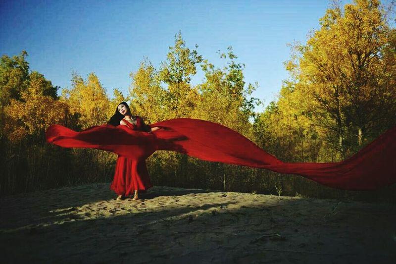 舞 Red Tree Adult Only Women Nature Outdoors Beauty Adults Only People Travel Destinations Sky Day One Woman Only One Person Human Body Part