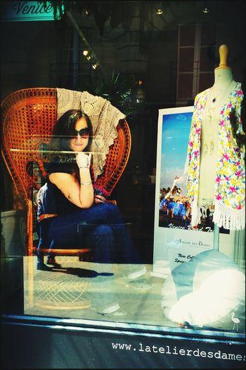 Mannequin vitrine....délire de la pause dej' avec la choupy pote.... Taking Photos Happy Time Live, Love, Laugh Lovefriends Girlfun Girl Laughing