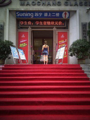 China Dalian Red Carpet Shop Store Chinise Girl Traveling Shopping