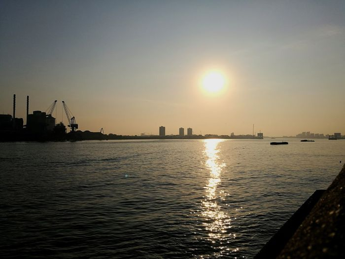 Morning has broken Sunrise Citylife River Riverside Riverview Sky Reflection From The Riverside Thames Water City Industry Clear Sky Business Finance And Industry Sun Sunlight Silhouette Refraction Waterfront Crane - Construction Machinery Calm