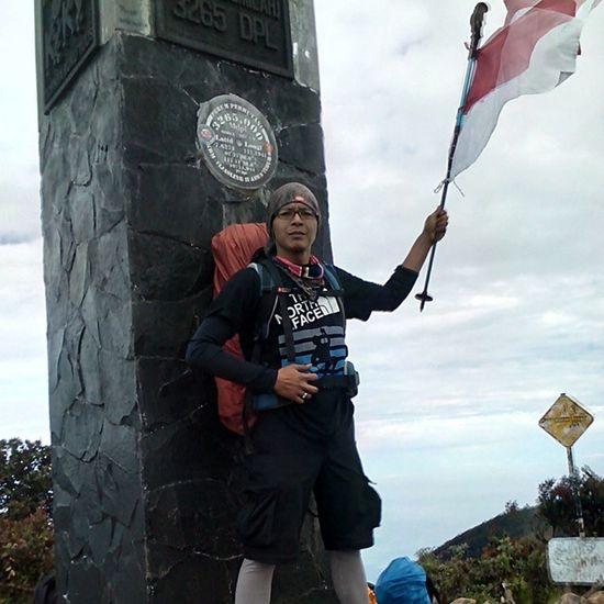 Tugu Puncak Lawu 3265 Mdpl Indomountain Indosat_adventurer TheNorthFace Jejakpetualang Jejak_pendaki Caraka_kencana Instapict