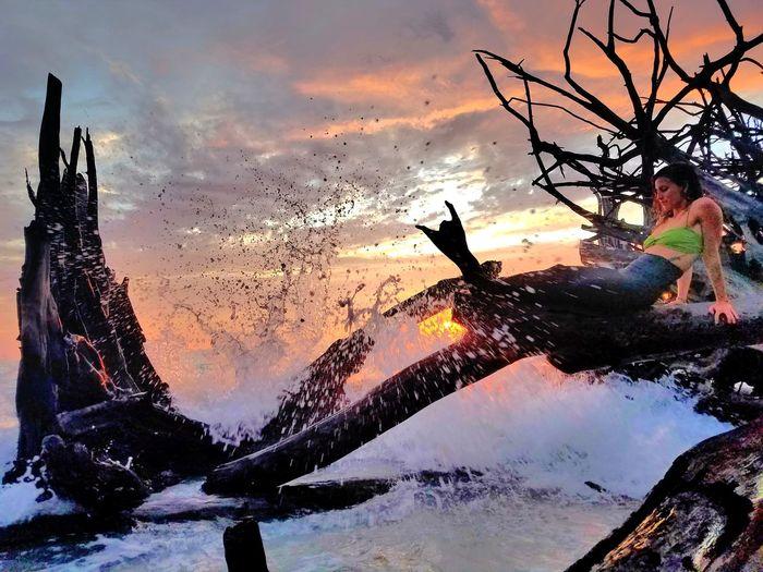 💙💚💗SUNSET WITH A BEAUTIFUL MERMAID ... 🌊🌊🌊 Sunset People Beauty In Nature Tree Water Pictureoftheday EyeEm Best Shots Sarasota Beach Florida Watersplashing OceanWaves Nature Photography EyeEm Gallery Cloud - Sky Sea Mermaid Tail MermaidLife Mermaid Low Angle View