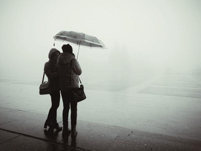 туман дожди☔ зонт Two People Holding People Young Adult Protection Silhouette TCPM Art Is Everywhere EyeEmNewHere Break The Mold