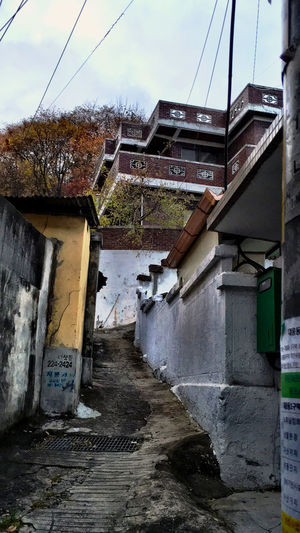 韓国 Korea Koreatown テジョン の 裏路地 Back-alley シリーズ05。少し小高いところに立派な家があるのに、ものすごい細い路地しか道が無い。日本の狭小地や敷地延長道路型の土地家屋の物件概念が、実に大きく揺らいだ。(笑)郵便配達向けに、壁に住んでいる人の名前とか連絡先を書くのは、刻々と混ざってはいるものの変わらず。w Streetphotography EyeEm Korea