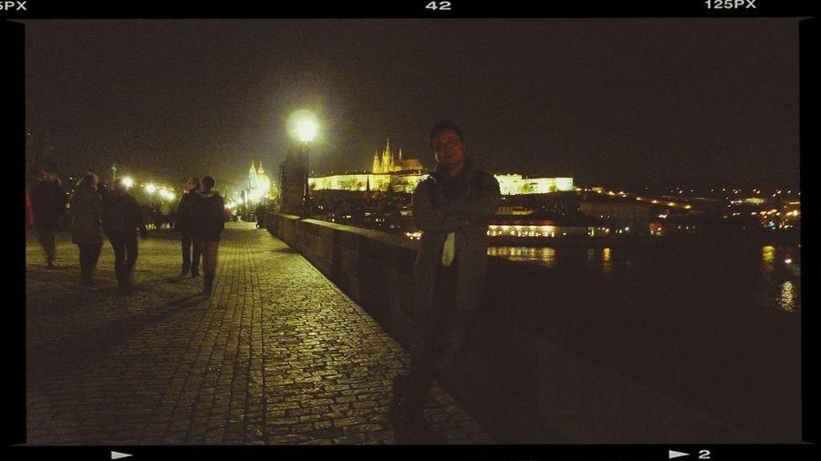 프라하 까를교에서. 프라하 성을 배경으로... 밤이라 얼굴이 안보여 다행. ㅋ. Travel In Praha Selfportrait Me
