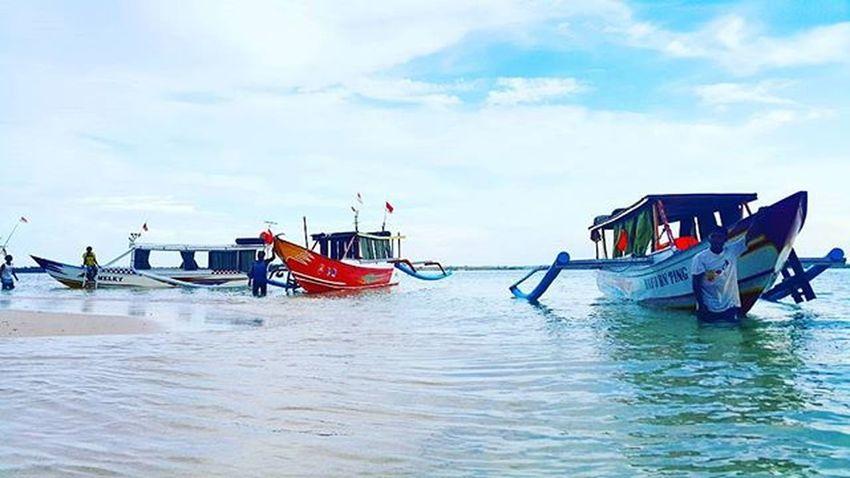 Let's support the fisherman livelihood. Thedorsaleffect Tanjungluar Agushariantophotography Pinkbeachlombok Whitesandybeach
