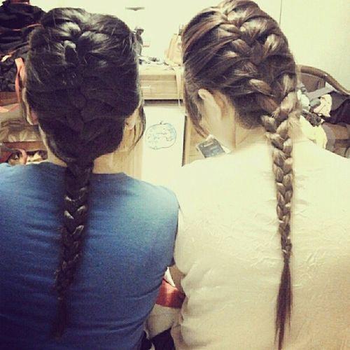 Chị em sanh đôi ngồi thắt tóc :3