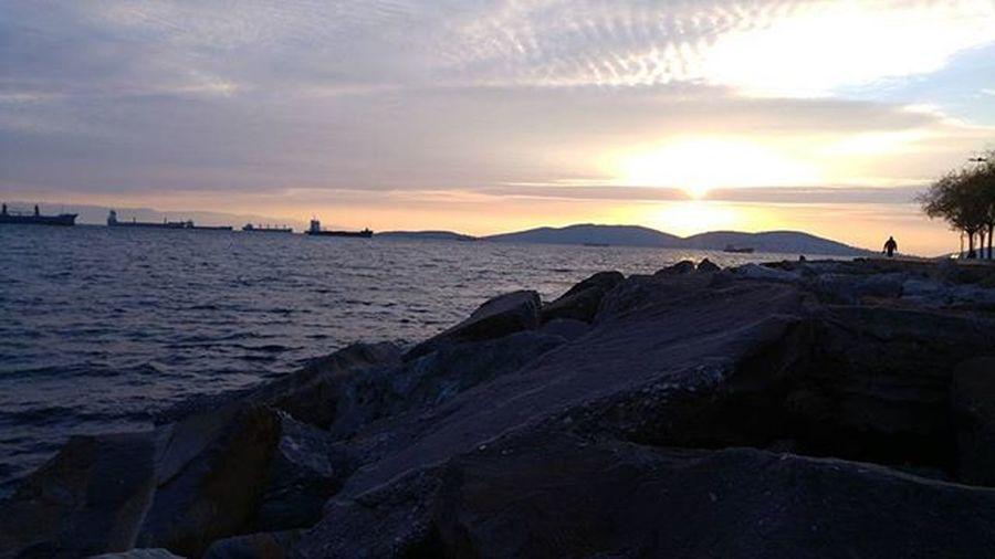 Birden içimde sevinçli bir gezegen keşfetmiştim.. Muhtemelen hayat vardı.. 🎈Bk Istanbul Vscoturkey Sea VSCO Huzur