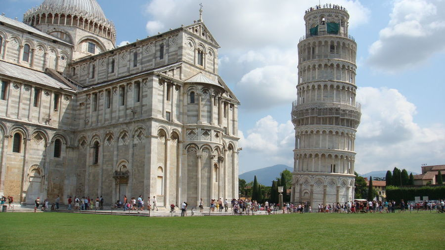 Leaning tower of pisa and piazza dei miracoli