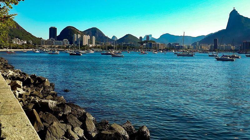 olhe ao redor... #urbanana: The Urban Playground J7primephotography Rio De Janeiro Brazil Mar Sol EyeEmNewHere Sky Architecture Building Exterior Ocean Horizon Over Water Seascape Coast