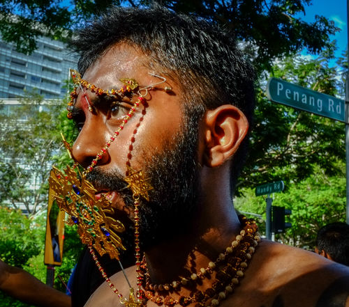 Hindu devotee carries the kavadi during Thaipusam festival in Singapore. Asian Culture Culture Hindu News Penance Photojourna Religion Religious Festival Thaipusam2016 Thaipusam