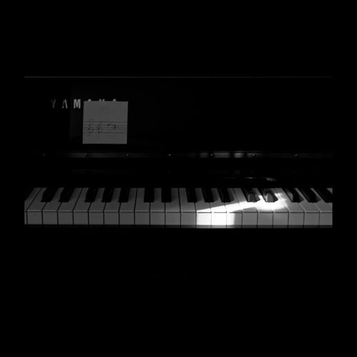 Premières leçons de Mlle K. dans la lumière du matin. Piano Yamaha Noiretblanc Blackandwhite Blackandwhite Photography Monochrome Eyem Best Shots Monochrome_Monday Monocrome Creative Light And Shadow