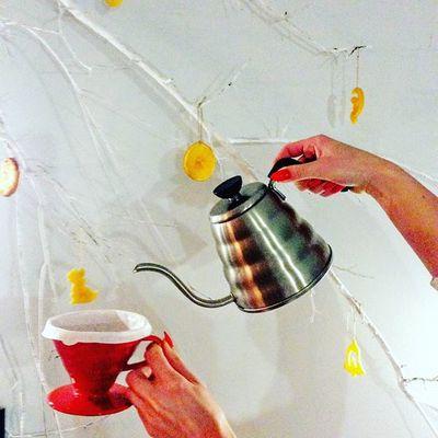 Skuś się na pyszną świeżoplalona kawę z Guatemali Finca El Morito Natural - to kawa o bogatym owocowym aromacie. W wyczujecie nuty truskawek i jagód. Pozostawia lekko winny posmak. Daje napar o lekkiej, orzeźwiającej kwasowości i aksamitnej cielistości. Idealna do dripa. Spotkajmy się w Kawie Rzeszowskiej ul. Kościuszki 3 w podwórzu lub w CH Plaza. Rzeszów Rzeszów Coffee Coffeetime Barista Aeropress Mobilnakawiarnia Kawa Instamood Instagood Instalove Instacoffee Igersrzeszow Kawarzeszowska Coffebreak Coffeetogo Coffeelove Love Photooftheday Happy Bestoftheday Instamood Herbata Kawasamasięniezrobi Kawarzeszowska kawiarnia chemex syphon kawaswiezopalona V60 drip