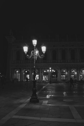 Square City Lights Cold Winter Night Street Light Lantern Italy San Marco Square Architecture Bnw_collection Bw_collection BW_photography Streetphotography Street Photography Street Light And Shadow Late Night Seeing The Sights Taking Photos Enjoying Life Light Source Noir Chandelier Reflection Reflections Traveling