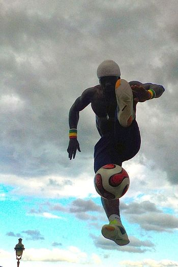 Street Performance Street Performer Alternative Fitness Check This Out Jumping Jumpshot Football Training Football Showcase April MONTMARTRE , PARIS Performance Montmartre, Paris Montmartreartist Montmartre Equilibrio Equilibrium EyeEm Gallery Paris Artist Travel Evening Light Check This Out Football Fever