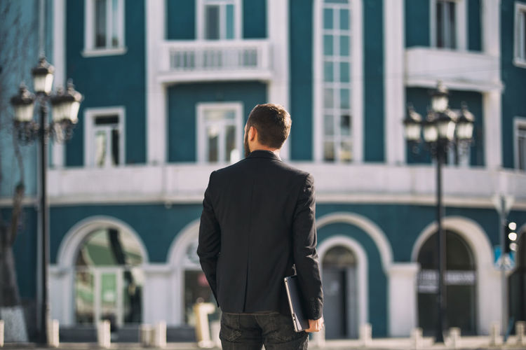 Rear View Building Exterior One Person Men Business Person Architecture City Built Structure Suit Well-dressed Standing Businessman Business Three Quarter Length Day Focus On Foreground Walking Real People Males
