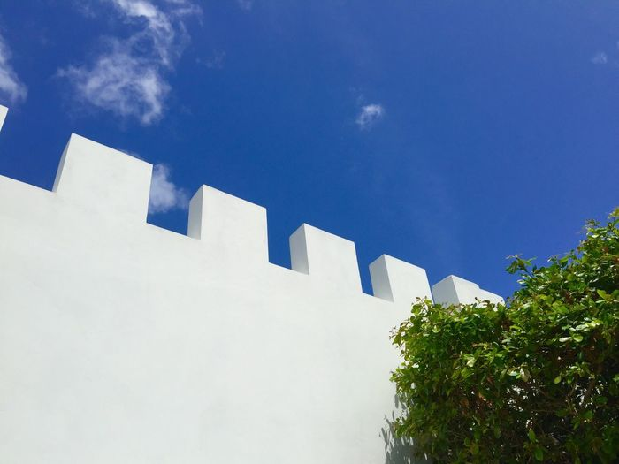 White Wall Crenellations Whitewashed Bush Blue Sky Blue Sky And Clouds Caribbean Jamaica Montego Bay Architecture Holidays Summer Vibes Building Exterior Sunny Day Celeste Azure West Indies Villa Mediterranean Landscape Mediterranean Architecture