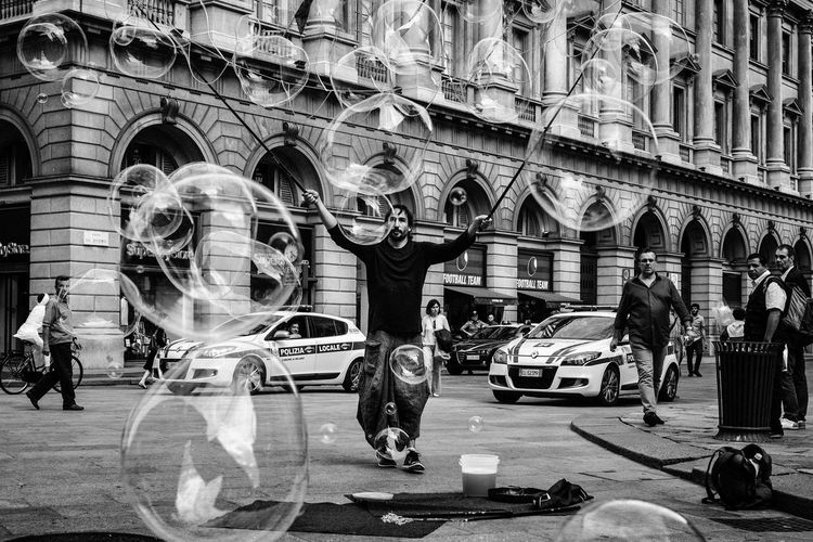 The Master of the Bubbles Art Artist Black Black And White Blackandwhite Bubbles Candid Candid Photography Canon I Milan Street Street Photography Streetphoto_bw