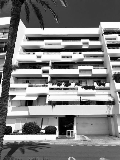 Building EyeEmNewHere EyeEm Gallery Iphonephotography Iphoneonly IPhoneography Bw_collection BW_photography Black & White Black And White Blackandwhite Architecture_bw Architecture Building Exterior Architecture Built Structure Building No People Window Day Residential District Balcony Apartment Low Angle View #urbanana: The Urban Playground