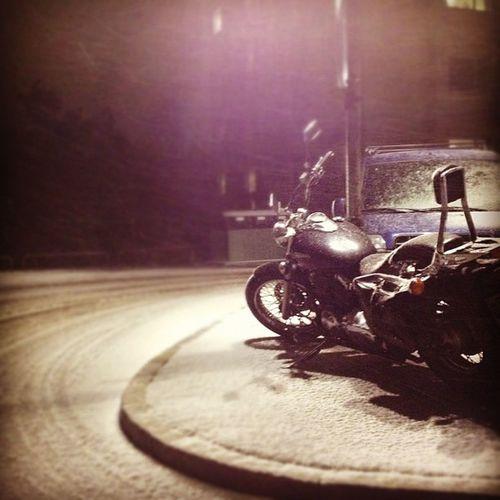 Känner han sig ensam?Motorcykel Snö  Vinter Bagé kalltmörkerbikewintersnow