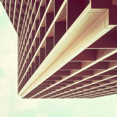 Leaning to steady | Apoyarse para mantener el equilibrio Urbanexploration Architecture Abstractarchitecture Lookingup