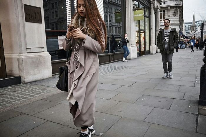 Fashion Beauty City Sidewalk Building Exterior Londononly Urban Life Outdoors Londonstreets London London London!!! Street Photo Streetphotography LONDON❤ Fitzrovialitter London Calling London Streets Street Photography Streetphoto Candidshot Girl Walking Candid Photography Street Urban Day