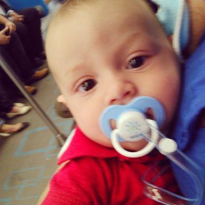 Primeira vez do meu bebê andando de metrô. Tão quietinho.