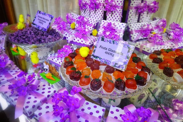 Choice Food And Drink Food Variation Multi Colored Flower Retail  Sweet Food Arrangement For Sale Sweet Flowering Plant Dessert Price Tag Purple Temptation Retail Display La Violeta Madrid Violet Candy Valentine's Day  Easter Gift Gift Box Candy Cane Window Display Indulgence Tasty Candy Store