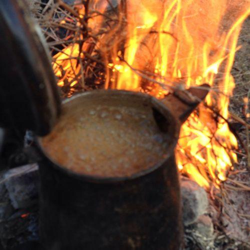 القهوة اللي كيفهآ يعدل الرآس وفنجآلهأ يروي كبآر الهقآوي بين مآخآلطه مسمآر الآوجآس وآلهيل فيهآ تزوده آلنخآوي (null)