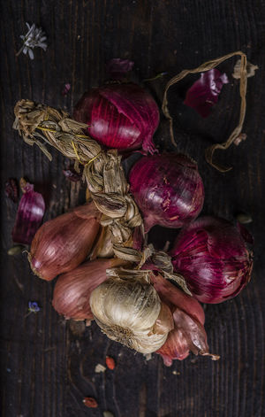 Some garlics and onions from this land. Close-up Day Echalotte Food Food And Drink Freshness Garlic Healthy Eating Indoors  Lay Flat No People Rustic Style Studio Shot Taking Photos Vegetable