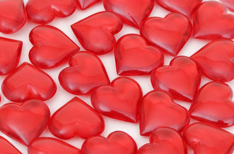 Viele rote Herzen liegen auf weissem Papier Herzen Herzenssache Liebe Love Rot Rote Studio Studio Photography Studio Shot Studioaufnahme Symbol Symbol Of Love Symbolic  Viele