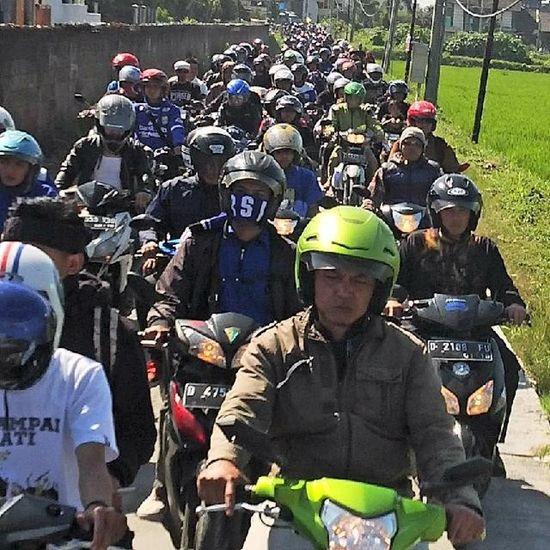 Foto-foto saat para ribuan bobotoh mengantar jenazah Almarhum Ayi Beutik dari komplek D'Amerta menuju tempat pemakaman di Banjaran Persib Bobotoh Bandung Bandungjuara INDONESIA Televisinet saat keluar dari Ciganitri