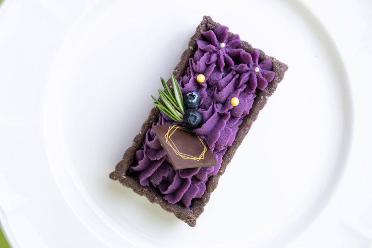 Food Freshness Food And Drink Indoors  Plate Purple Directly Above Flower Flowering Plant Plant Close-up No People Still Life Wellbeing Ready-to-eat Healthy Eating High Angle View Studio Shot Nature White Background Flower Head Temptation Garnish