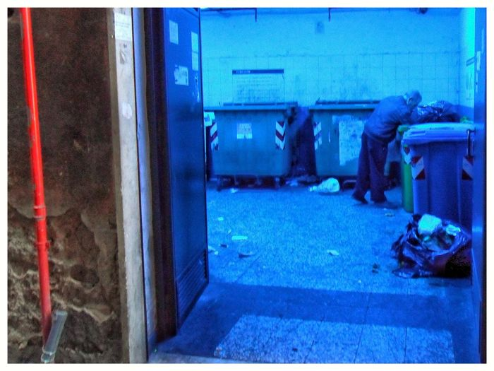 Locale della rumenta. Rumenta Spazzatura Wasteland Vicoli City Life Check This Out! Blue Low Section Outdoors Real People One Person Day Close-up People Cropped Indoors  Colored Cassonetti Della Rumenta
