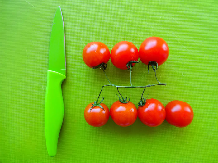 Q for Quality Getting Creative Getting Inspired Colors Colorful Tomatoes Arrangement Knife Indoors  Green Red Detail Still Life Ideas Nopeople Negative Space EyeEm Gallery From My Point Of View Composition Things I Like My Favorite Photo EyeEm Diversity Food Stories